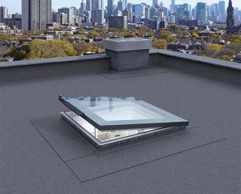 Fakro solar platdakraam elektrisch bediend op zonne-energie 120x120 cm.